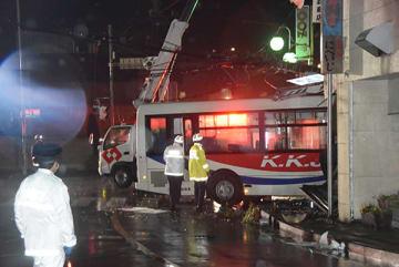 交差点近くの建物に突っ込んだ路線バス=28日午後7時10分ごろ、小川町小川