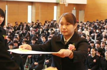 胸を張って卒業証書を受け取る馬場美咲さん=28日、日田市日ノ出町の昭和学園高校