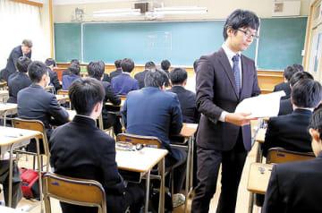 緊張感が漂う中、入試に臨む受験生ら=28日午前9時20分ごろ、さいたま市浦和区の県立浦和高校