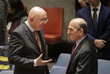 2月28日、国連安全保障理事会の会合前に話をするロシアの国連大使(左)と米国のベネズエラ担当特使(AP=共同)