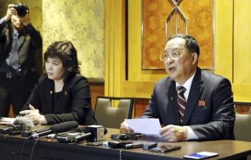 1日未明、ハノイのホテルで記者会見する北朝鮮の李容浩外相(右)と崔善姫外務次官(VNA=共同)