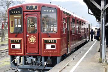 お披露目された若桜鉄道の観光列車「八頭」=1日午前、鳥取県若桜町