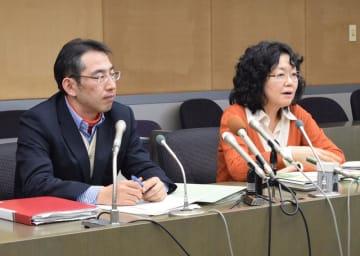 心愛さん事件を受けた合同委員会で、初会合後に会見する委員の鈴木准教授(左)と江川さん=28日、野田市役所
