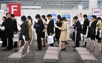 企業の合同会社説明会に臨む学生ら=1日午前、東京都文京区