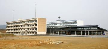 震災遺構の宮城県立気仙沼向洋高の旧校舎。右は「伝承館」=1日午前、宮城県気仙沼市