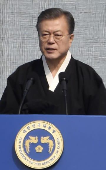 1日、ソウル市内で開かれた「三・一独立運動」100年の政府式典で演説する文在寅大統領(共同)