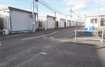 「応急」が長期にわたる仮設住宅=昨年12月、名取市愛島東部仮設住宅団地