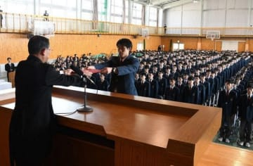 赤木校長(左)から卒業証書を受け取る湯浅さん=岡山工業高