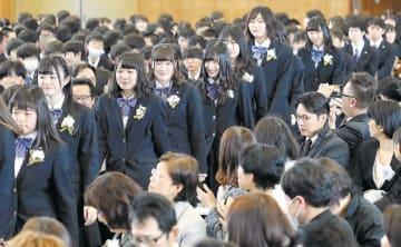 保護者や在校生に迎えられ、笑顔で入場する卒業生=1日午前9時55分ごろ、仙台市若林区の仙台東高