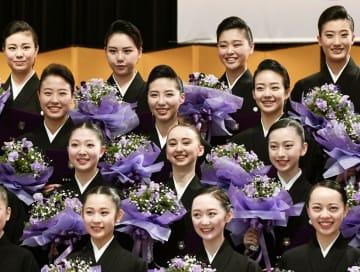 卒業式を終え、ブーケを手に記念写真に納まる宝塚音楽学校の第105期生=1日午前、兵庫県宝塚市