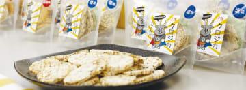 三陸鉄道が販売する新商品「クロジカせんべい」