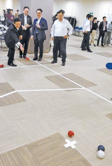 パラ競技のボッチャを体験する企業向け説明会の参加者=2月26日、福島市