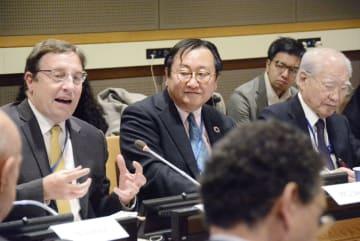 国連本部で「人間の安全保障」に関するシンポジウムに参加した国連開発計画のシュタイナー総裁(左端)、佐藤行雄元国連大使(右端)ら=2月28日、米ニューヨーク(共同)
