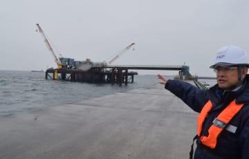 沖合の海底に建設している温排水放水口の工事現場