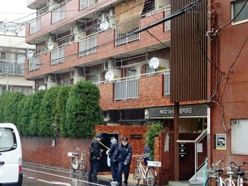 高齢女性が手足を縛られ死亡しているのが見つかった現場のマンション=28日午後、東京都江東区
