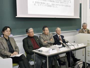 記者会見する京都大に検証を求めた研究者のグループ=1日午後、京都市