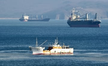 ロシア・ナホトカに停泊する島根県のカニ漁船「第68西野丸」=2月(共同)