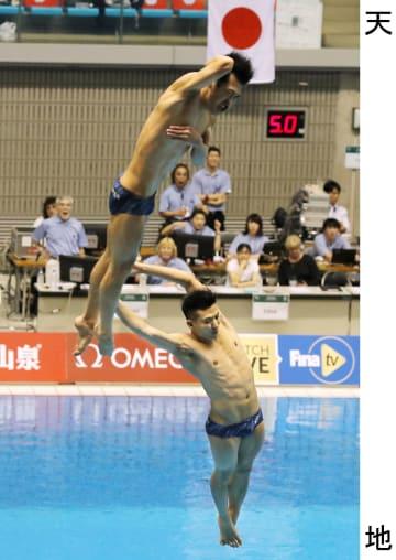 男子シンクロ板飛び込み 5回目の演技で失敗した坂井(上)、寺内組。寺内が板から滑り落ちるアクシデントがあった=相模原市立総合水泳場
