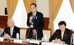 総会であいさつをする西川公明実行委員長=県公館