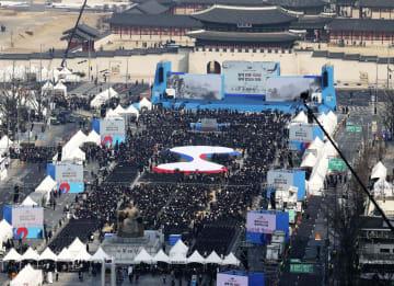 韓国の文在寅大統領の演説会場に集まった大勢の人たち=1日、ソウルの光化門広場(聯合=共同)
