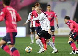 C大阪との開幕戦、0トップの布陣でプレーした神戸のイニエスタ(中央)=2月22日、ヤンマースタジアム長居