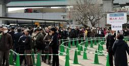 「タイガースイコカ」を求める人の長い列=1日午前、西宮市甲子園高潮町