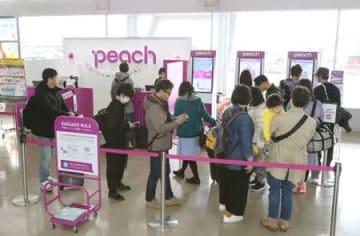 搭乗手続きをするピーチ・アビエーションの利用客=1日、新潟空港