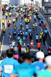 回避が検討されているバイパスの急坂=神戸市中央区東川崎町1(2018年大会の様子)