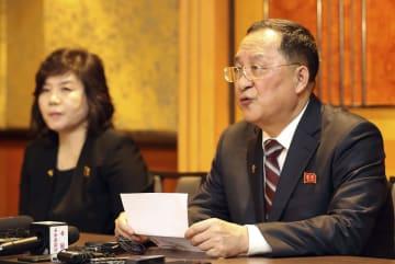 1日未明、ハノイのホテルで記者会見する北朝鮮の李容浩外相(右)と崔善姫外務次官(聯合=共同)