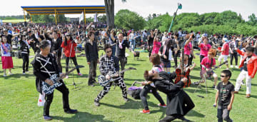 1000人の巨大ロックバンドによる演奏は大迫力=2018年6月