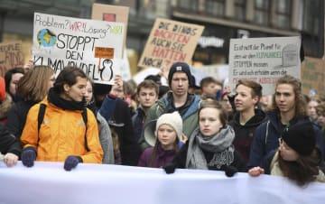 地球温暖化対策を求める高校生らのデモに参加するトゥンベリさん(前列右から3人目の帽子の少女)=1日、ドイツ北部ハンブルク(AP=共同)