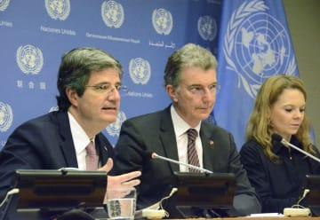 1日、ニューヨークの国連本部で安保理の「共同議長」として記者会見する(左から)フランスのドラートル、ドイツのホイスゲン両国連大使(共同)