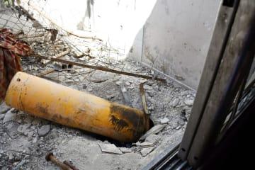 2018年4月、シリアの首都ダマスカス近郊ドゥーマで、家屋屋上に残されていた化学兵器の砲弾とみられる黄色いガスボンベ(共同)