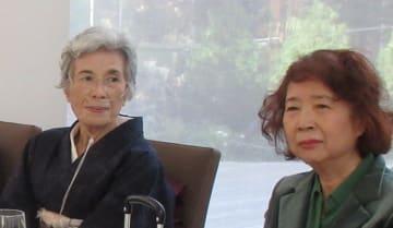出版を祝う会での加納実紀代さん(左)と筆者(「加納実紀代さん出版記念会実行委員会」提供)
