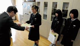 早苗副局長から表彰状を受け取る翔陽中の生徒たち