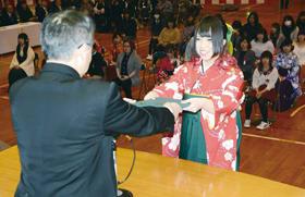佐々木校長から卒業証書を受け取る卒業生