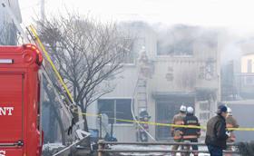 出火元とみられる2階に放水する消防隊員ら=1日午後3時、登別市鷲別町