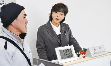 震災遺構・伝承館のスタッフとして働くことになった小野寺さん(右)