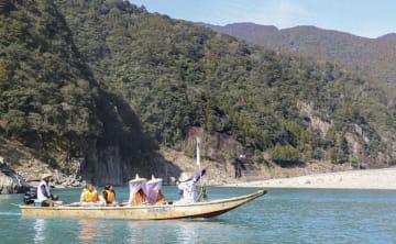 熊野川を木造の小舟で下る観光舟下り=2日午前、和歌山県新宮市
