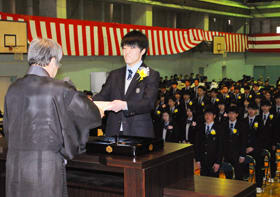 卒業証書を受け取る畑田さん(右)