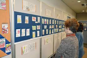古代文字やラブレターなどの絵手紙が並んだ「いきいき絵手紙展」