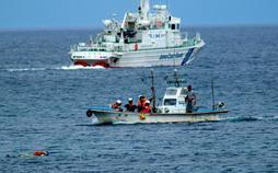 事故に備え、海上保安署と水難救済会との訓練も行われている=2017年6月、豊岡市竹野町竹野