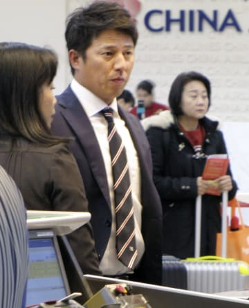 台北市の松山空港を出発する楽天の平石監督=2日(共同)