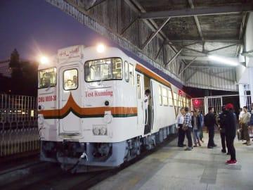 ヤンゴン駅から第3の都市モーラミャインに向け出発する日本製の車両=2日(共同)
