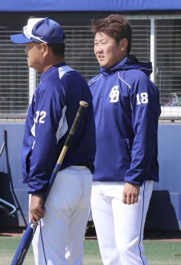 練習の合間に田村コーチと話す中日・松坂(右)=ナゴヤ球場