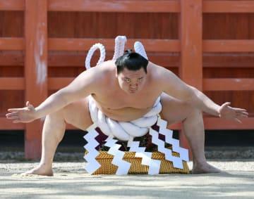 大相撲春場所を前に、奉納土俵入りを披露する横綱白鵬=2日、大阪市の住吉大社