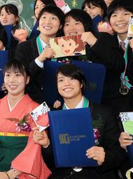 卒業式を迎え、同級生らと記念撮影する阿部詩選手(前列右)=神戸市中央区港島1(撮影・鈴木雅之)