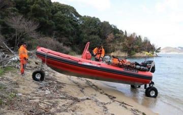 ボートに3つの車輪が付いた形の水陸両用艇。海と陸を自在に行き来する