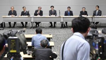 「新出生前診断」について要件緩和案を理事会で了承後、記者会見する日本産科婦人科学会の幹部ら=2日午後、東京都中央区