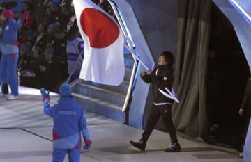 ユニバーシアード冬季大会の開会式で入場行進する旗手のアルペンスキー男子、小山陽平=2日、クラスノヤルスク(共同)